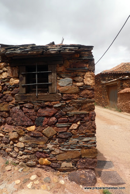 bonita fachada de los pueblos rojos de Segovia