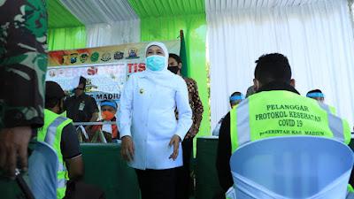 Perketat Protokol Kesehatan, Khofifah Tinjau Sidang di Tempat Operasi Yustisi di Madiun dan Luncurkan Tim Penegak Disiplin Protkes COVID-19 di Desa