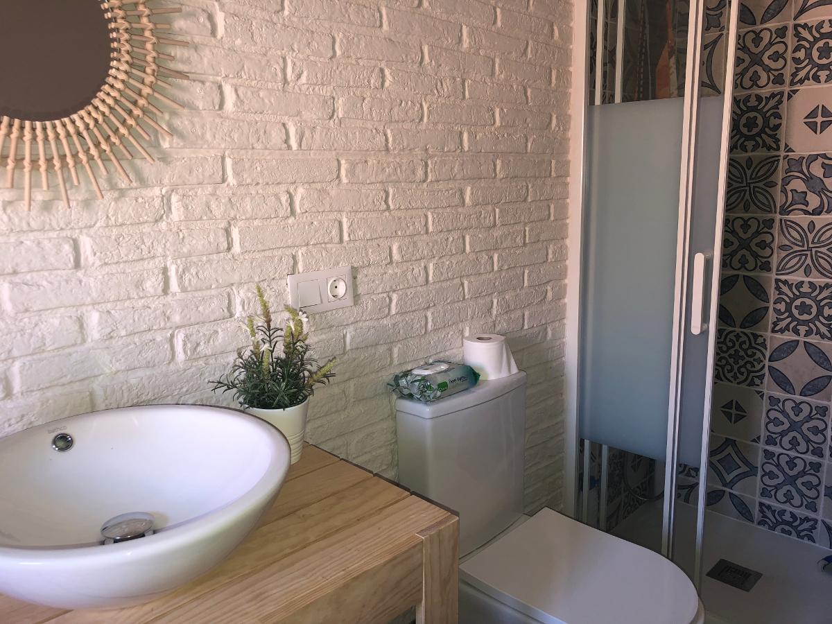Brique rustique blanche dans une salle de bain ~ PanelDECO ...