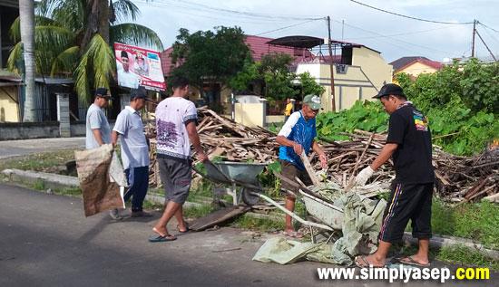 DIBAKAR : Pecahan kayu dan serpihan mal yang sudah tidak bisa digunakan dikumpulkan dan dibakar agar habis. Foto Asep Haryono