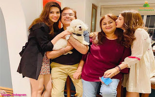 Kriti Sanon Family photo, Kriti Sanon mother and father