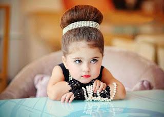طفلة جميلة جدا واثقة من نفسها