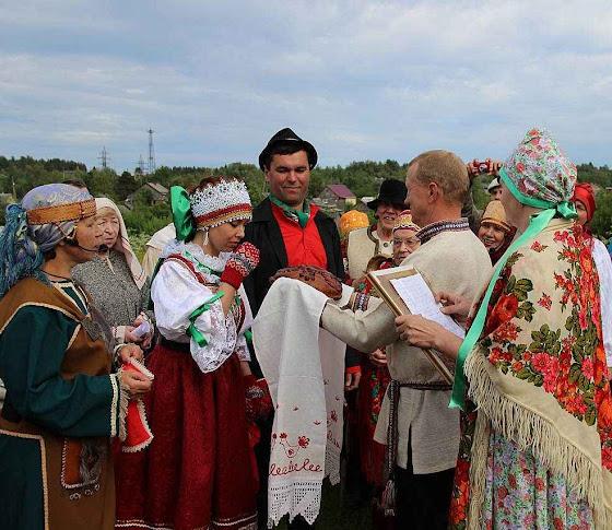 Ingênuas festas culturais locais não putinistas são alvo da histeria supostamente patriótica e anti estrangeira da nova URSS.