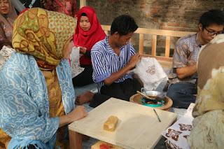 Masyarakat Kriyan Kota Cirebon Dapatkan Pelatihan Membatik Pewarna Alami
