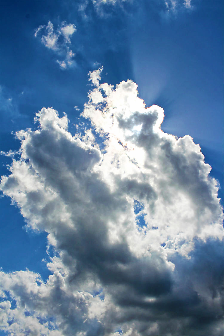 Die Sonne zerreisst die Wolken wenig später... BunBo, das Bungalowboot – Hausbootferien mit Smutje Paul, dem Kapitän und Mister Pink [Gudelacksee, Möllensee] | Arthurs Tochter kocht von Astrid Paul. Der Blog für Food, Wine, Travel & Love
