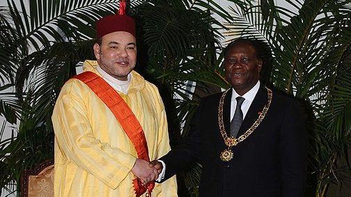 الملك محمد السادس يجري مباحثات على انفراد مع الرئيس الإفواري، ويدشنان محطة مجهزة لتفريغ السمك بلوكودجرو