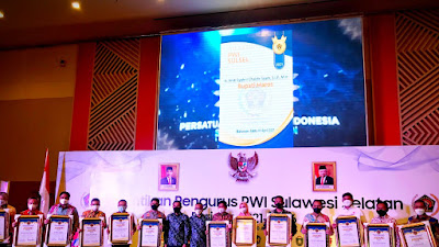 Hadiri Pelantikan PWI Sulsel, Bupati Wajo Dianugerahi Penghargaan PWI Award Peduli Pers