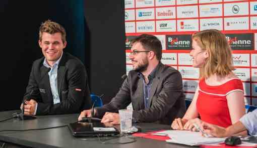 Le debrief de la partie entre Magnus Carlsen et Maxime Vachier-Lagrave avec Anna Rudolf - Photo © Lennart Ootes