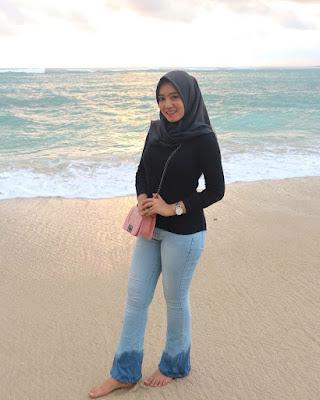 Cewek IGo Seksi JIlbab celana ketat dan hot