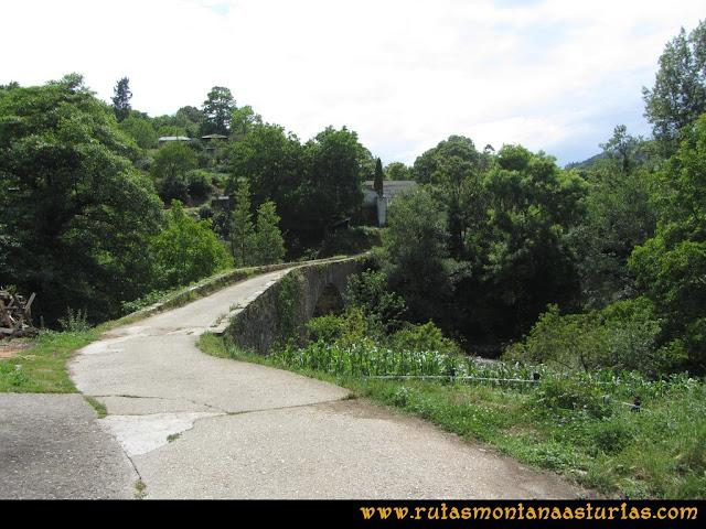 Ruta Hoces del Esva: Entrando en San Pedro de Paredes cruzando el puente sobre el río Esva