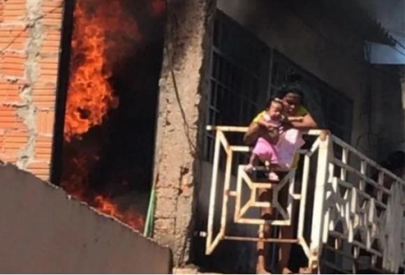Avó joga bebê de 3 meses da sacada de casa para salvá-la de incêndio