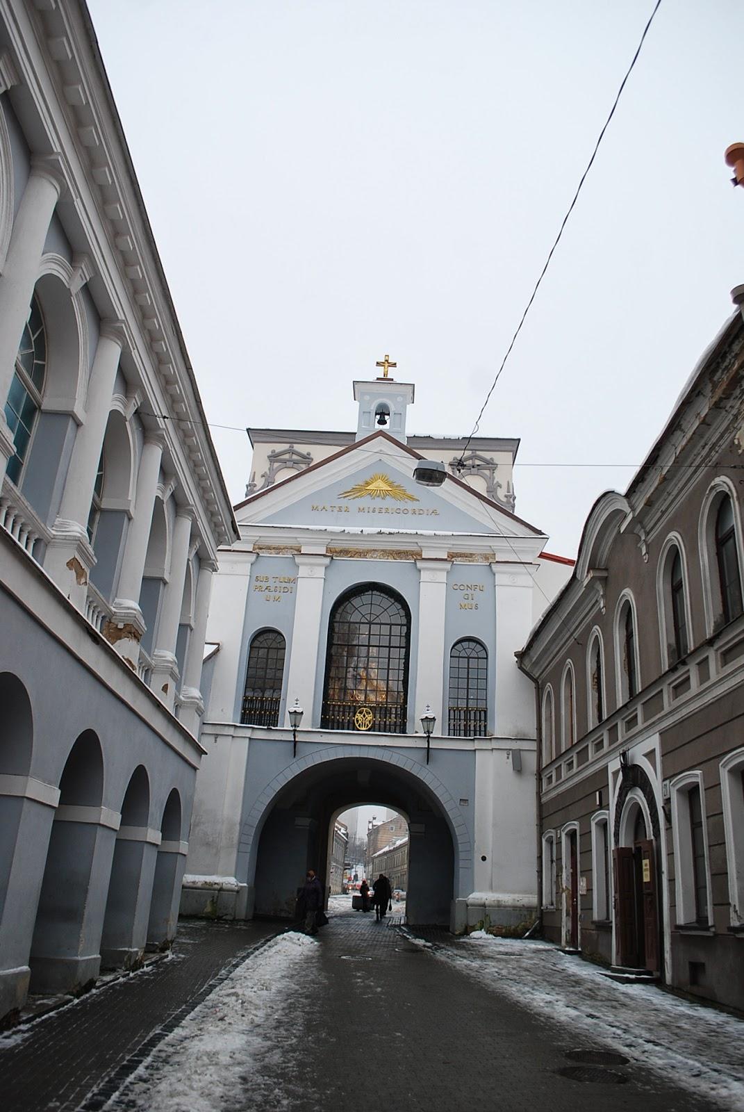 Острая брама (Острые ворота) и Чудотворный образ Матери Божией Остробрамской, вид со стороны старого города.