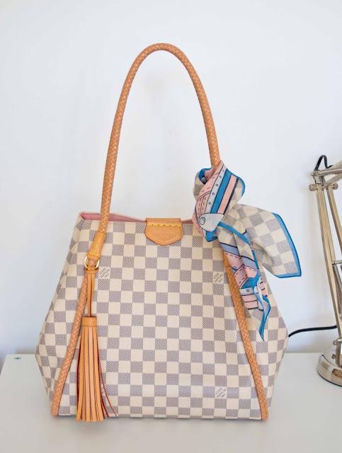 Jasna torba Louis Vuitton na lato