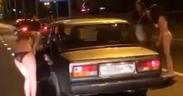 Βίντεο: Τις έβαλαν να βγουν με τα εσώρoυχα στο δρόμο για να μάθουν πώς θα βρουν σύντροφο
