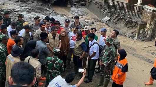 Tinjau Lokasi Banjir Bandang Agam, Gubernur Irwan Serahkan Bantuan Rp250 Juta