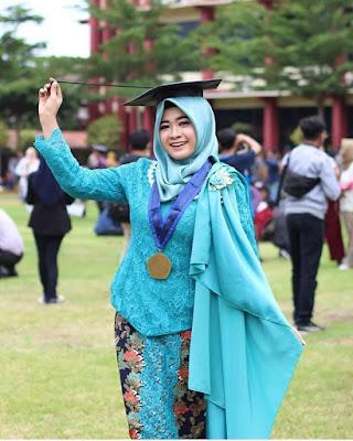Ispirasi Kebaya Wisuda Mahasiswi Berjilbab Modern