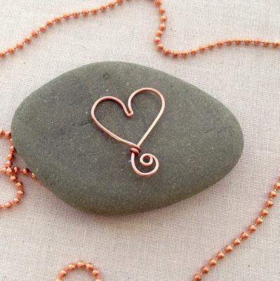 Free tutorial for wire heart that can be used as a beading frame or charm.  Lisa Yang's Jewelry Blog
