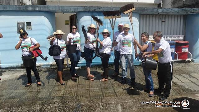 Professores de Goiana fazem protesto com direito a vassourada