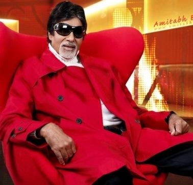 Foto de Amitabh Bachchan sentado en un sillón rojo