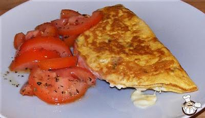 Omelette con prosciutto cotto e stracchino.