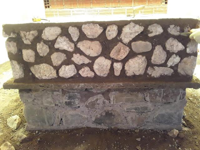 Der Altar entsteht aus den Steinen der Berge die unterste Ebene mit Grauen die Zweite Ebene mit weißen Steinen die enthalten Goldflitter und als Abschluss eine Marmorplatte. Wie es dann aussieht wenn alles richtig herausgearbeitet ist könnt Ihr schon in Casa Grande oder Esmoraca sehen.