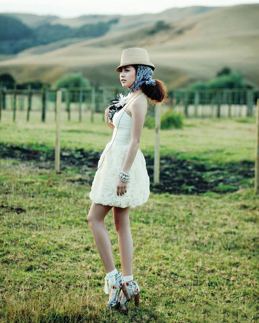 Kim Tae Hee foto shoot di padang hijau