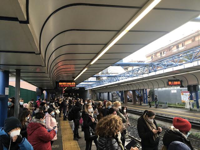 Roma-Lido, assembramento all'ora di punta: treno guasto, corse rimodulate e utenti ammassati