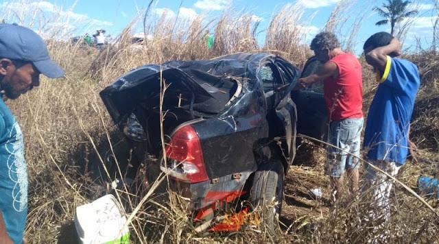 Veículo fica totalmente destruído após ser atingido por carreta e capotar na BR 364 próximo a Vilhena