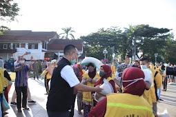 958 Petugas Kebersihan Terima Bansos Senilai 600 Ribu dari Gubernur