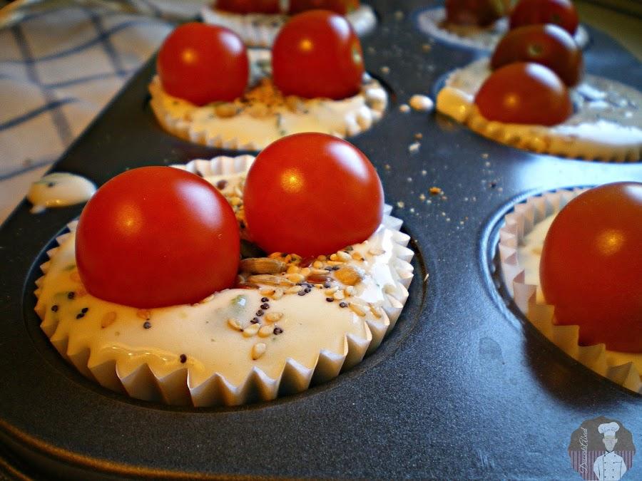 Muffins de pan integral, queso y tomate: Listos para hornear