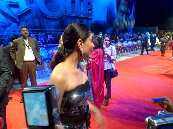 Kareena Kapoor Luks Beautiful & Hot In Black Gown At Ra One London Premiere