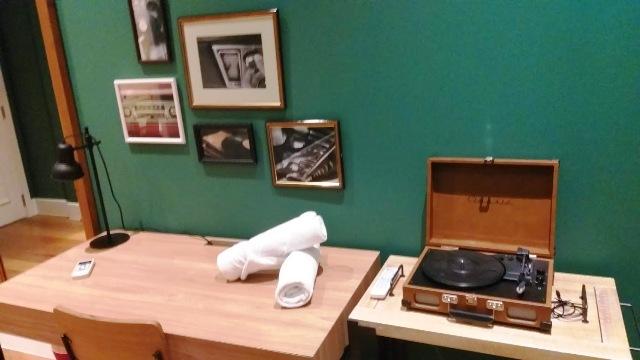 Escrivaninha e vitrola (com discos) no quarto