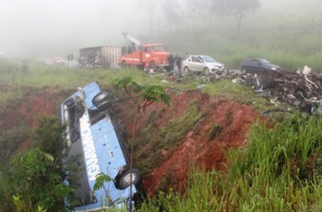 Ônibus que saiu de SP para Conquista tomba ao colidir com carreta deixando 50 pessoas feridas em Minas
