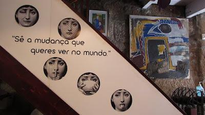 imagens e texto numa escada
