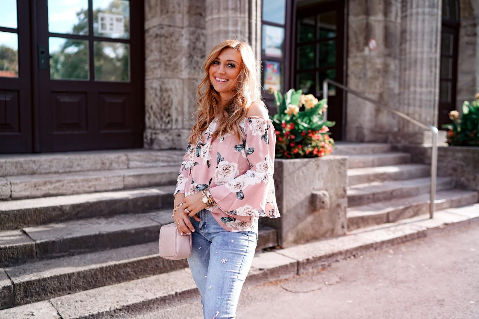 jeans-mit-perlen-perlen Jeanshose-bloggerstyle-Spätsommer-look-Spätsommeroutfit-jeanshose-helle-jeans-hose-Fashionblogger-fashionstylebyjohanna.