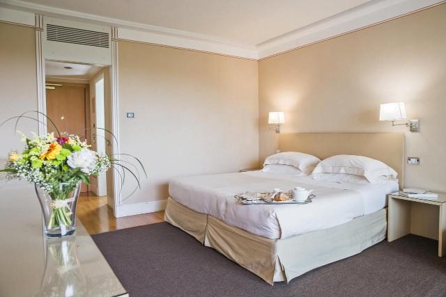 offerte-spa-desenzano-del-garda-sirmione-camera-hotel-poracci-in-viaggio