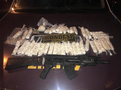 R$ 32 mil em cocaína e simulacro de fuzil são apreendidos