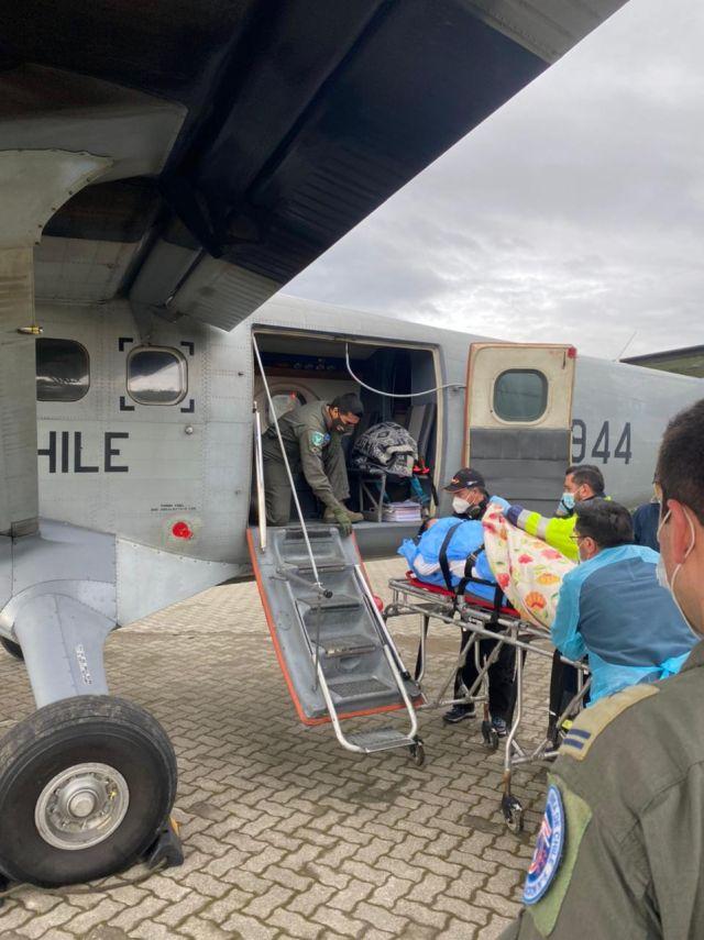 Evacuación de adulta mayor de Ayacara