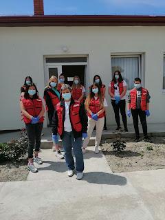 Марија Олах Калмар са некима од волонтера