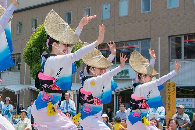 高円寺北口広場、阿波踊り、葵新連の舞台踊りの写真