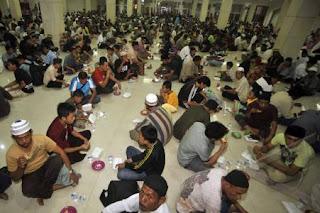 hukum makan di dalam masjid?