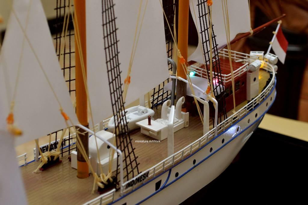 foto miniatur kapal layar kri dewaruci terbaru