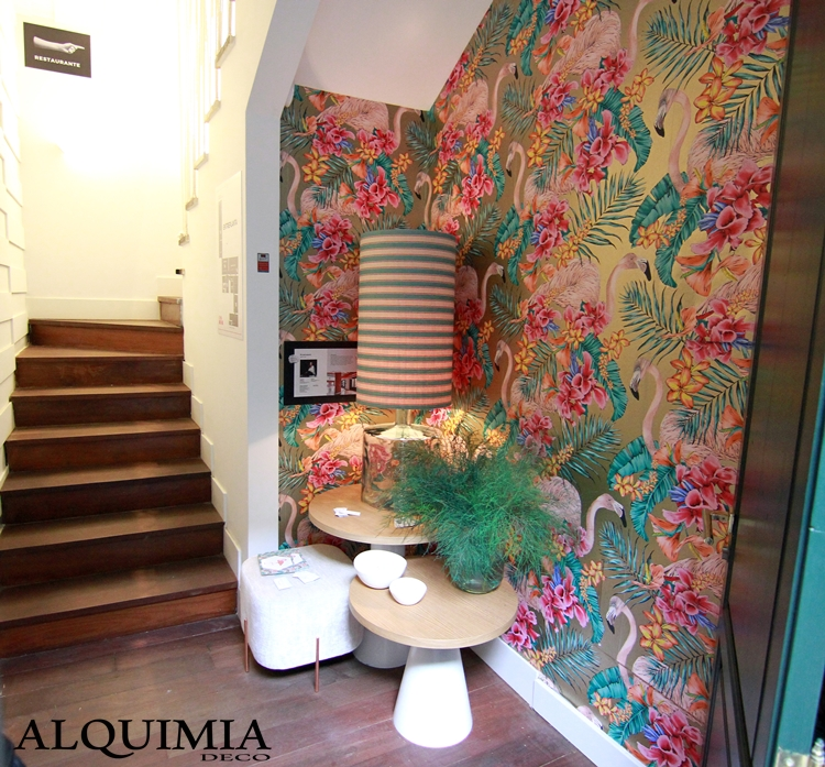 casa-decor-2016-papel-pintado-colores-flamencos-lampara-rayas-flores-escaleras-parquet