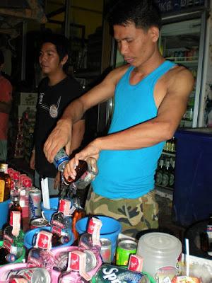 барман мешает алкоголь