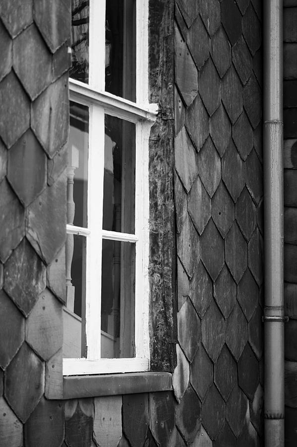 Blog + Fotografie by it's me fim.works - Bahnhof Dissen, Fenster, Treppengeländer, Schieferfassade in Schwarzweiß