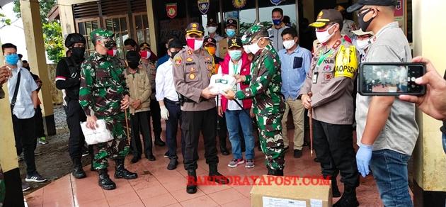 Gubernur dan Kapolda Kalteng Bagikan 50 Ribu Masker Kepada Petugas dan Masyarakat Kapuas