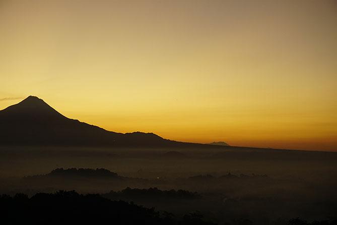 Cahaya berpendar di area Gunung Merapi