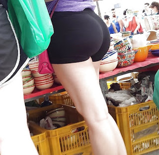 Sabrosa mujer licra entallada nalgas paradas piernas largas