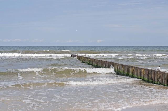 Kołobrzeg widok z plaży na morze, falochrony