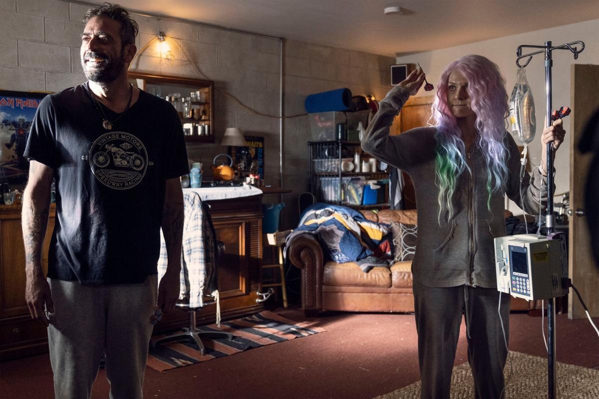 Lucille juega a los dardos con Negan en The Walking Dead